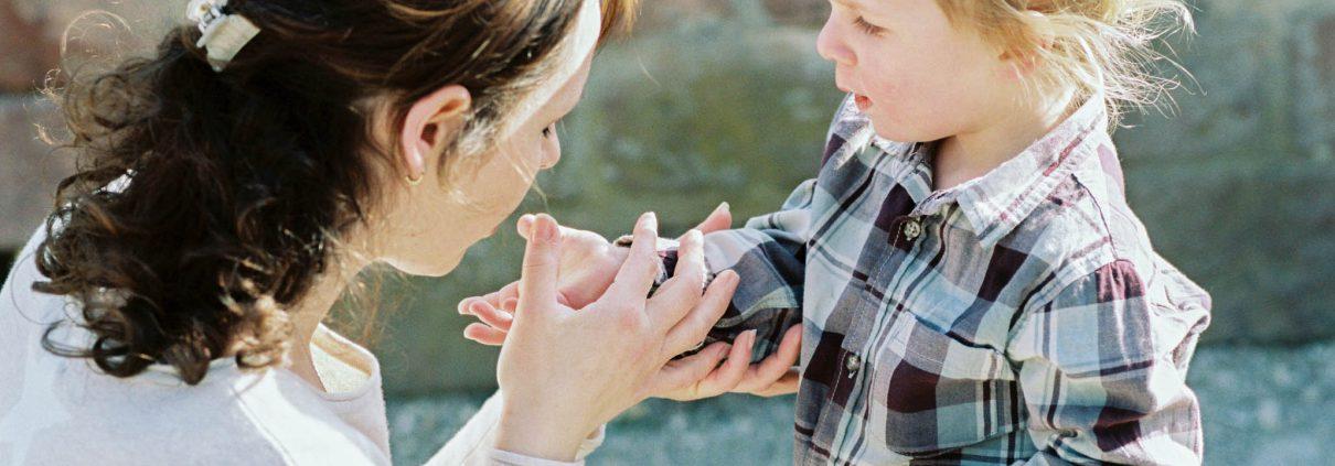 mama tröstet kind heidelberg leipzig